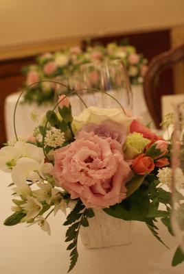 ゲストテーブルに置く装花の実績4