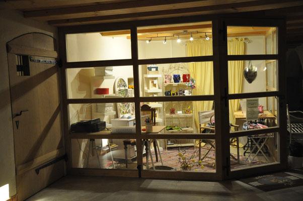 Atelier/Laden bei Nacht