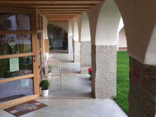 Atelier/Laden im überdachten Bereich des Innenhofs