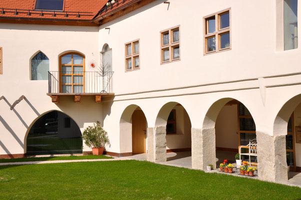 Blick vom Innenhof zum Laden/Atelier