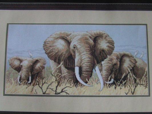Elefanten, Kreuzstich auf hellblauem Hintergrund,