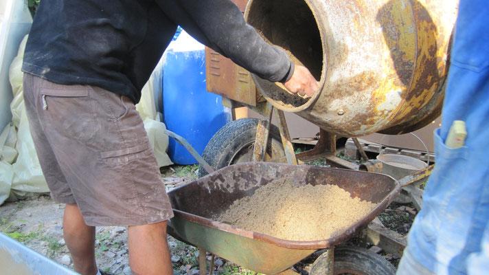 mélange du béton d'argile et de l'eau