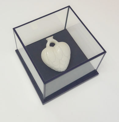 Cœur en porcelaine de Juli About - Vitrine en verre, carton, tissu et papier.