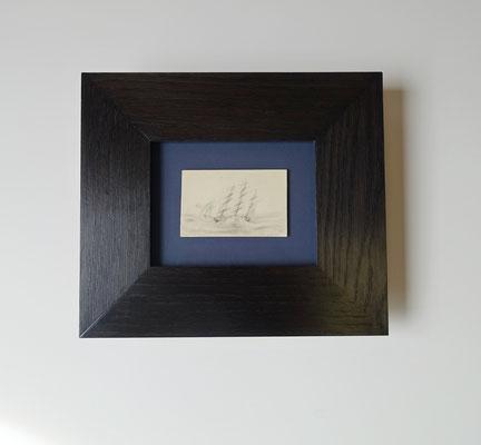 Mine de plomb sur fond bleu dans une moulure plat 80 mm en chêne teinté noir.