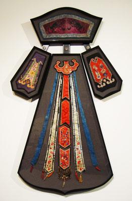 Ornements de costumes chinois - Boîte en forme en tissu, carton et verre avec une armature en méral.