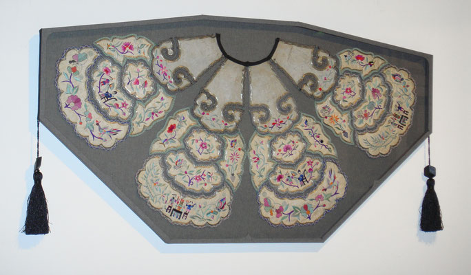 Col de costume chinois - Boîte en forme en tissu, carton et verre.