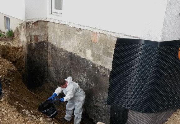 Der Erdwall wurde abgetragen, um die Kellerwand zu sanieren.