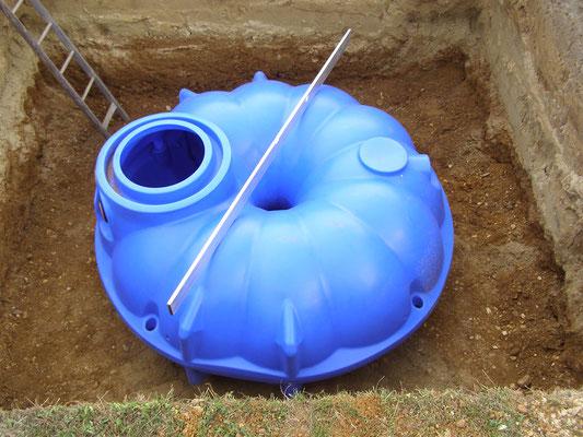 Die Zisterne wird auf die wasserdurchlässige natürliche Kiesschicht gesetzt.
