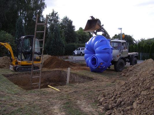 Der Regenwassertank wiegt nur 100 kg und könnte auch von 2 Männern eingebracht werden.