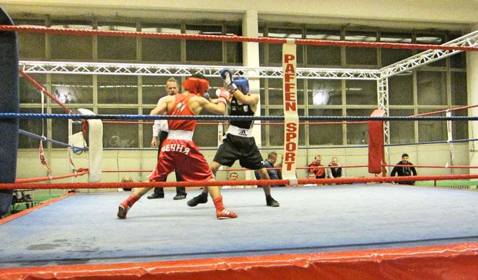 Murad- in der blauen Ecke- bestritt seinen 1. Kampf erfolgreich. Er gewann einstimmig nach Punkten.