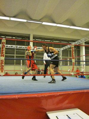 Jure, in der blauen Ecke, siegte über einen starken Gegner im Schwergewicht.