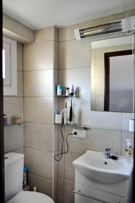 Das moderne Badezimmer vom Flur aus gesehen.