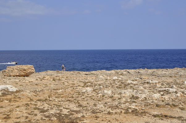 Rauhe Felslandschaft auf der Halbinsel Punta de n'Amer.