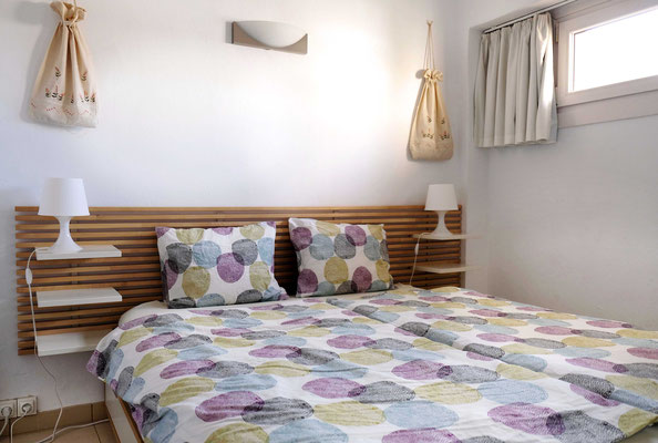 Das große Doppelbett bietet viel Platz für zwei Personen.