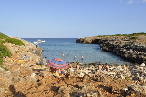 Steinige Küste und Sandstrand zugleich: Der Caló d'en Rafalino in Cala Morlanda.
