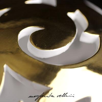 Particolare dell'intaglio BAROCCO finitura metallo prezioso Oro 15% - Margherita Vellini - Lampade in ceramica - Home Lighting Design