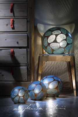 Sfere CELLULE metallo prezioso Oro rosso 15% e smalto ottanio Margherita Vellini Ceramica Italiana fatta a mano Home Lighting Design