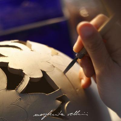 Esecuzione dell'intaglio PIZZO Margherita Vellini Ceramica italiana fatta a mano Home Lighting Design
