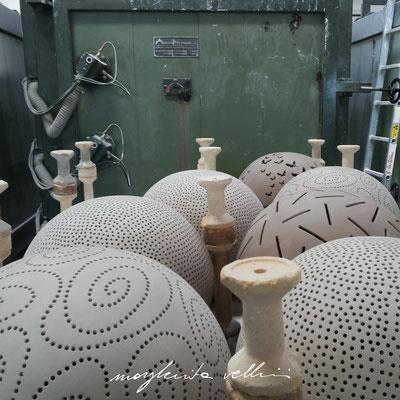 Alcune lampade a vari intagli pronte per la prima cottura in forno muffolato a 1000 °C. Margherita Vellini Ceramica Made in Italy Home Lighting Design