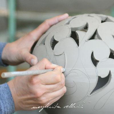 Esecuzione dell'intaglio BAROCCO Margherita Vellini Ceramica Made in Italy Home Lighting Design