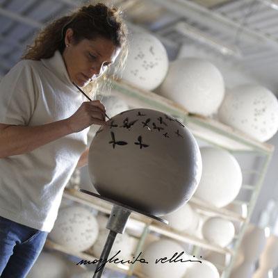 Esecuzione a mano libera dell'intaglio FARFALLE Margherita Vellini Lampade in Ceramica Made in Italy Home Lighting Design