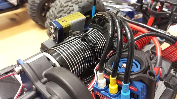 Damit der Pilot jederzeit weiß, wie es dem Motor in seinem RC-Car geht, haben wir einen Telemetrie-Temperatursensor verbaut und angeschlossen. Zusammen mit der speziellen Halterung kann so die genaue Temperatur erfasst und übertragen werden.