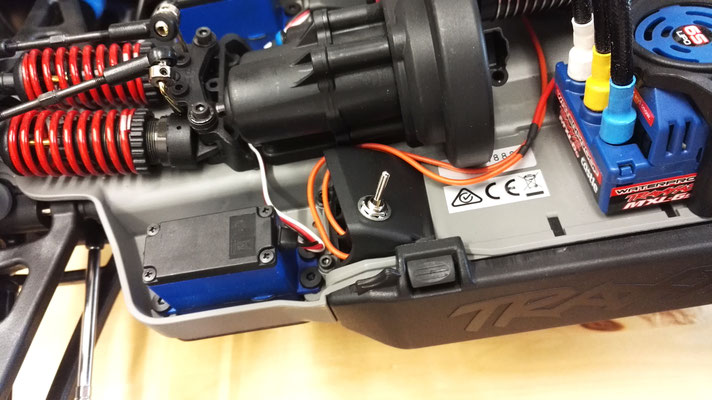 Ein Vorteil von unseren Custom-Lichtanlagen: Freie Wahl der Position des On/Off-Schalters! Dieser Kippschalter ist in die Belüftungsöffnung des linken Akkufachs in einem Traxxas E-Revo 1/8 integriert worden.