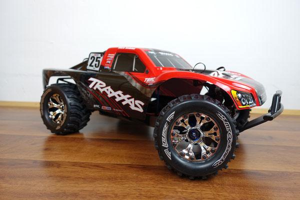 Das Erscheinungsbild des Traxxas Slash 4x4 Ultimate ändert sich ganz dramatisch mit den Louise MT-Cyclone Monstertruck Reifen.