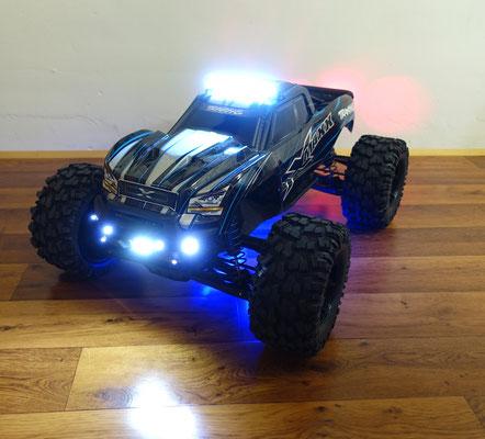 Dieser Traxxas X-Maxx hat eine Dach- und Unterbodenbeleuchtung sowie die reguläre LED-Lichtanlage erhalten...