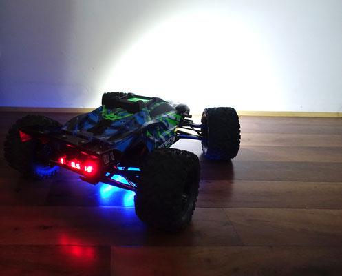 Eine blaue Unterbodenbeleuchtung steht auch diesem Modell überaus gut.