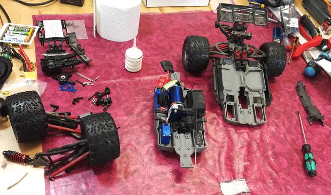 Chassis gebrochen? Kein Problem! Bei diesem Traxxas E-Revo VXL hat die Chassiskonstruktion nach einem Crash versagt. Im Rahmen einer Reparatur konnten wir aber im Handumdrehen alle Komponenten vom alten auf ein neues Chassis übertragen.