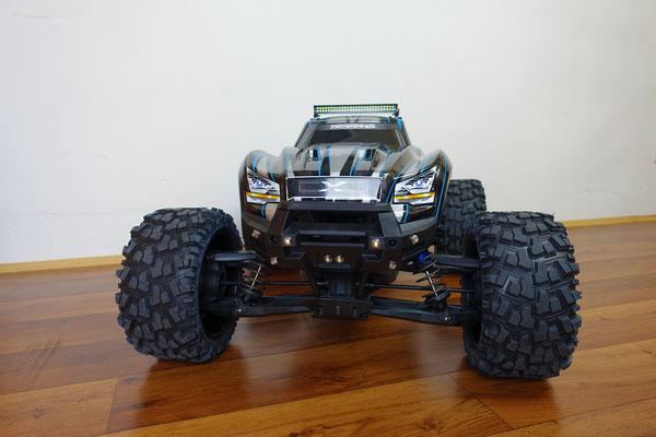 Um auch bei Dunkelheit mit diesem Traxxas X-Maxx fahren zu können, braucht er Licht. Viel Licht. Und das hat er bekommen!