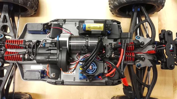 Mit eingebauter Sensorik und noch einer Lichtanlage ist es dann schon ziemlich voll im Innenraum des Traxxas E-Revo Brushless. Dafür hat er jetzt die volle Telemetrie-Funktionalität und kann auch bei Dämmerung & Dunkelheit bewegt werden.
