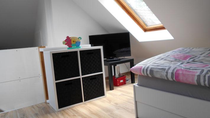 Blick von den Betten aus nach rechts (2. TV mit Wii, Zubehör und einigen Spielen)