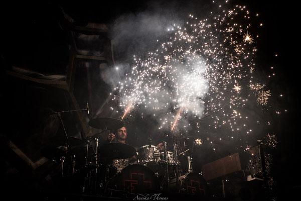 Funkensprühende Drumsticks, Bühnenshow Feuerengel