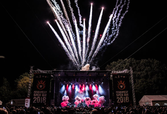 Synchron geschossene Feuerkometen, Bühnenshow Feuerengel