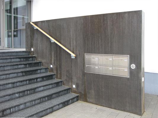 Eingangsbereich in Ahrweiler mit Metallwand im Aussenbereich.