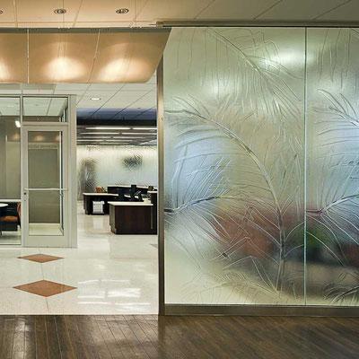 Raumteiler als dekoratives Strukturglas in vielen Varianten möglich.