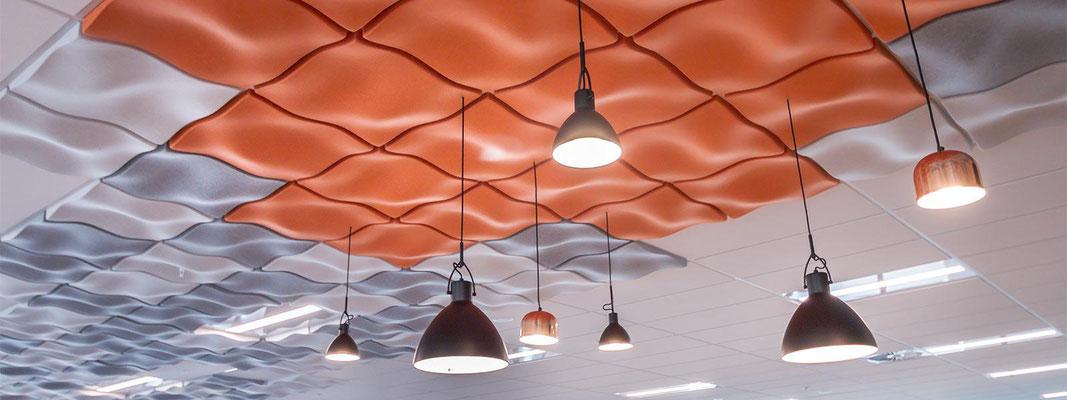 3D Wellen - farbige Designelemente als Lärmschutz im Büro an der Decke