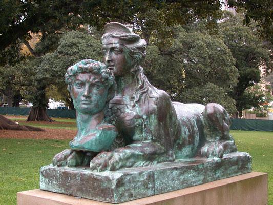 Ansicht Skulptur als Bronze oxidiert.