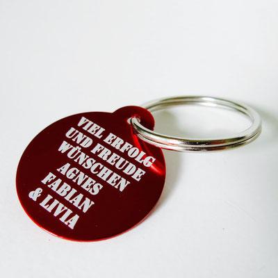 Schlüsselanhänger rot mit Lasergravur der persönlichen Wünsche