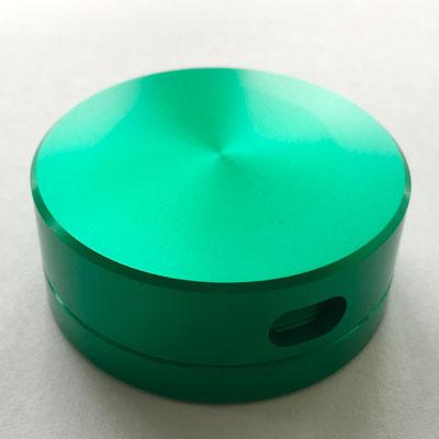 Qualitativ hochwertige Dose mit feinem Gewinde, drei verschieden grosse Dosierungslöcher, Ø 5cm - 2cm hoch - Farbe: grün