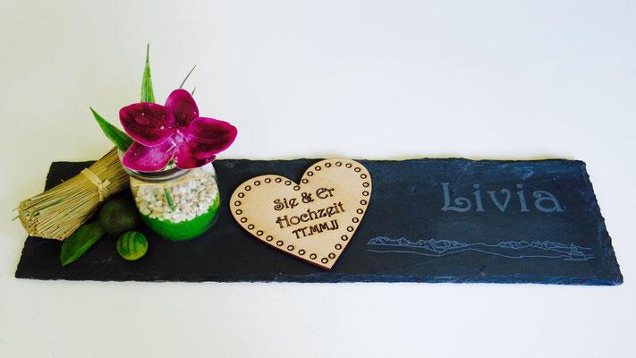 Tischdekoration: Schiefertafel mit Name, Holzherz zur Hochzeit