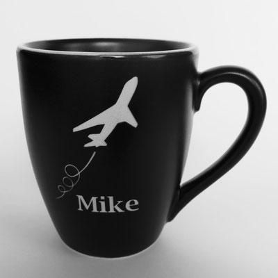 Tasse mit Lasergravur Flugzeug und Name