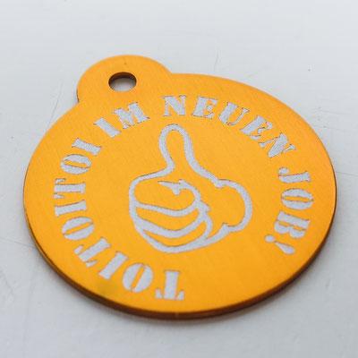 Schlüsselanhänger orange mit Lasergravur als Geschenk zum neuen Job