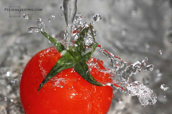 Tomate geht baden