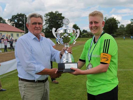 Der Präsident des Kreisfachverbandes Fußball Börde Eckhard Jockisch überreicht den Pokal an Sandra Jäger von der SG Empor Klein Wanzleben