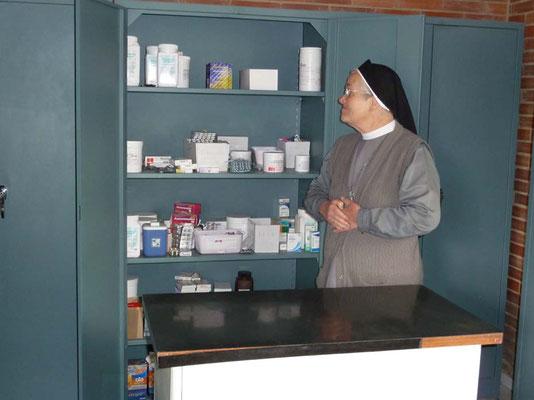 Die Apotheke der Station, ein kleines Metallregal, füllt die Ärztin mit privaten Medikamenten-Spenden. Aber manchmal ist es auch ganz leer, seit abgelaufene Medizin nicht mehr verteilt werden darf.