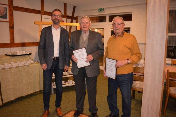 M. Schwanemann ehrt Claus Horeis und August Schwanemann für 65 Jahre Mitgliedschaft
