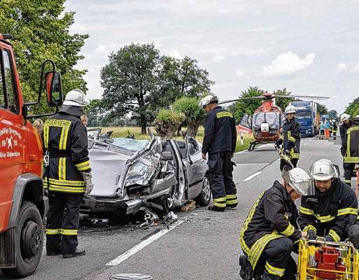 Klein Schwechten, Juni 2013: Die Feuerwehr rückte zu einem Unfall aus. Ein Mann war sehr schwer verletzt. Fotos: Hoppe/privat